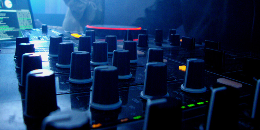 Best DJ Controller [TOP 10 REVIEWS] Buying Guide 2017